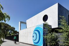 A hand-painted mural by Melbourne artist Lucas Grogan features brightly on the off-form concrete exterior of the house. Australian Architecture, Australian Homes, Beautiful Architecture, Brighton Houses, Storey Homes, Building Facade, Modern House Design, Exterior Paint, Cladding