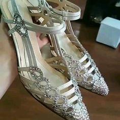 Νυφικά παπούτσια Divina ,σε ματ απαλούς χρυσούς τόνους, ντυμένα με πέτρες Swarovski Gladiator Sandals, Valentino, Swarovski, Heels, Fashion, Heel, Moda, Fashion Styles, High Heel