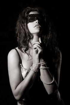 A gyöngy rabszolgája vagyok. De oly édes ez a  szolgaság, boldogan viselem láncait.