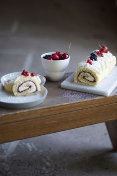 swiss roll with berries & white chocolate