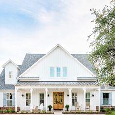 White Farmhouse Exterior, Farmhouse Homes, Farmhouse Plans, Farmhouse Style, Modern Farmhouse Floor Plans, Ranch Exterior, Exterior Remodel, New England Farmhouse, Cute House