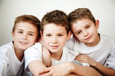 Cute picture of brothers - Foto- Baby - Brother Pictures, Boy Pictures, Boy Photos, Family Photos, Toddler Photos, Kids Photography Boys, Sibling Photography, 3 Brothers Photography, Family Portrait Poses