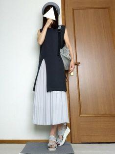 ダークグリーンのトップスに水色寄りのライトグレーのプリーツスカート。 ちょっぴりきれいめコーデ。 Normcore, How To Wear, Style, Fashion, Swag, Moda, Fashion Styles, Fashion Illustrations, Outfits