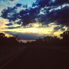 Australian sunset on the road! Puesta de sol australiana en la carretera! #lavueltaalmundosinprisas #aroundtheworldunhurried #lavueltaalmundo #aroundtheworld #puestadesol #atardecer #sunset #hillston #newsouthwales #nuevagalesdelsur #Australia #viaje #travel #trip #journey #ontheroad #enlacarretera #pickingfruit #recolectandofruta #work #trabajo