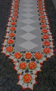 Lindo Caminho de mesa de crochê, confeccionado nas cores cru e laranja, envolto por lindas Camélias.    Pode ser feito em diferentes tamanhos e cores.