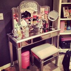 Cute vanity, love the style. A little crowded for my liking tho. Where would I put my acrylic storage drawers??
