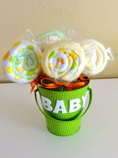 DIY Baby Gifts – Baby Washcloth Lollipops – Homemade Baby Shower Presents and Creative, Cheap Gift Ideas for Boys and Gi… - Diy Baby Geschenk Idee Baby Shower, Bebe Shower, Mesas Para Baby Shower, Regalo Baby Shower, Baby Shower Gifts, Washcloth Lollipops, Baby Washcloth, Baby Shower Lollipops, Washcloth Cupcakes