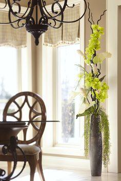 Que ce soit pour un arrangement floral de Décors Véronneau ou qu'ils servent simplement d'éléments décoratifs, nos vases et urnes sauront assurément s'agencer à votre décor. Classiques, chics ou contemporains, colorés ou texturés, ils sont tous disponibles en plusieurs couleurs, formes et grandeurs. Vous trouverez également des bols et assiettes pour décorer votre table, votre entrée, votre salon ou votre salle de bain.