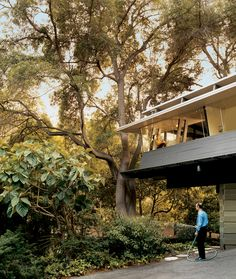 The Mutual Housing Association Site Office, used by the original architects and engineers for nearly a decade, was later renovated into a home after a brief stint as the community's arts building. In after architects Cory Buckner and Nick Roberts mo John Lautner, Santa Monica, Concrete Siding, Wood Siding, Site Office, Mid Century Exterior, Quincy Jones, The 'burbs, California Homes
