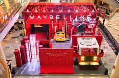 While most brands are incorporating zodiac animal in their Chinese New Year designs, Maybelline got influencers excited about its makeup with a mahjong set. Window Display Retail, Retail Displays, Shop Displays, Exhibition Booth Design, Exhibit Design, Retail Store Design, Retail Stores, Visual Merchandising Displays, Pop Up Shops