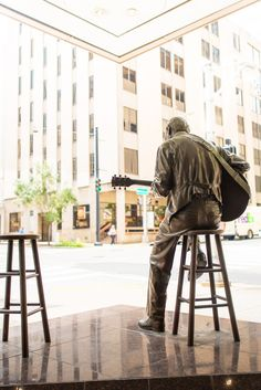 The statue of the legendary Chet Atkins, at the corner of Fifth Avenue North and Union Street. Bring your guitar, and play alongside him. Nashville Tours, Nashville Tennessee, Places In Boston, Chet Atkins, Cool Guitar, Key West, Old Town, Washington Dc, Savannah Chat