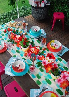 A tropical Christmas table setting - with a handpainted table runner adorned with hibiscus, frangipani and a monstera chandelier. Photo by Lisa Tilse for We Are Scout. Aussie Christmas, Australian Christmas, Christmas Ideas, Tropical Table Runners, Picnic Themed Parties, Table Setting Inspiration, Tropical Christmas, Birthday Table, Christmas Table Settings