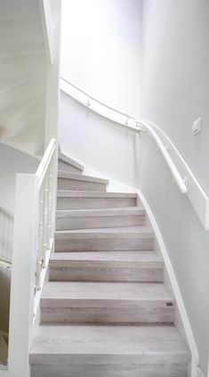 Een dichte trap renoveren of een open trap dichtmaken? Upstairs renoveert je trap binnen 1 dag. Klik hier voor meer info en contacteer ons voor je offerte.