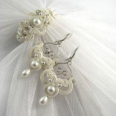 Filigranno - ażurowe kolczyki ślubne sutasz z perłami i srebrnymi filigranami.