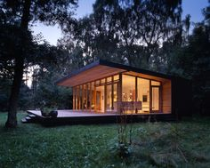 Small cabin exterior design ideas with cabin office roof and modern design homes budget and britannia cabin floor plan also patio design guide Small Rustic House, Small Modern Cabin, Small Cabin Plans, Modern Small House Design, Rustic House Plans, Modern Cottage, Modern House Plans, Tiny House Design, Modern Cabins