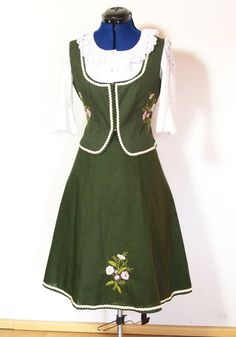 Sehr schöne Trachten Kombination aus grüner Baumwolle, üppig bestickt und  mit Posamentenborte verziert. Sie besteht aus Mieder und Bahnenroc. 33fecaa127