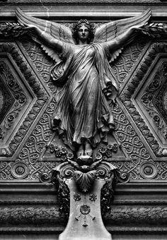 Détail d'un plafond sculpté au Louvre (Paris), aile Sully au premier étage.