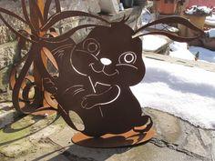Edelrost Osterhase Easter Bunny  Der lustige Osterhase mit seiner Karotte eignet sich hervorragend als Gartendekoration oder als Dekoelement im Haus.  Für einen sicheren Stand ist eine Platte angeschweißt.  Größe:      Höhe: 54 cm     Breite: 66 cm     Tiefe Platte: ca. 15 cm  Preis: 33,- €