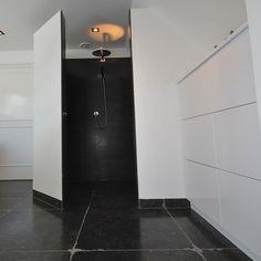 Doucherenovatie met zwarte tegels door Sanidrome Ben Scharenborg uit Haaksbergen.
