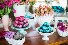 O casamento de hoje tem muita doçura. A noiva é delicada e tão linda! Escolheu uma paleta de cores mais romântica impossível: rosa e azul (tão amada pelas noivinhas!). Temos certeza que vocês vão se encantar pelos detalhes e projetinhos DIY (faça você mesmo). A Amanda ...