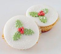 Maak met Kerst prachtige cupcakes in een Kerstjasje. Bak ze met de cupcake mix van FunCakes in mooie baking cups. Maak prachtige hulstblaadjes en gebruik wat glitter dust voor een sprankelend effect.
