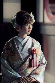 Jeune fille en kimono pour fêter la nouvelle année