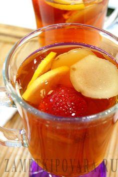 Чай с ягодами или фруктами помогает насладиться ароматами лета, а имбирь поможет согреться и повысить иммунитет. Состав: 1 ч.л. черного чая 100 гр. клубники (можно замороженной) корень имбиря, размером в 4 см. ломтики лимона