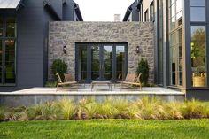 Petite terrasse pour se détendre située de l'autre côté de la résidence