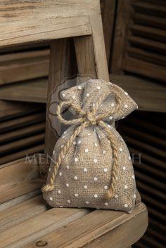Μπομπονιέρα γάμου πουγκί λινάτσας ντυμένο με πουα τούλι και φιογκάκι από σχοινί. Lovely burlap favor bag embellished with polka dot tulle tied with natural hemp cord. #burlapfavor #countrychicewedding #rusticweddings #vintagefavors