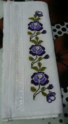 This Pin was discovered by Eme Cross Stitch Books, Cross Stitch Art, Simple Cross Stitch, Cross Stitch Embroidery, Hand Embroidery, Easy Cross Stitch Patterns, Cross Stitch Borders, Cross Stitch Flowers, Cross Stitch Designs