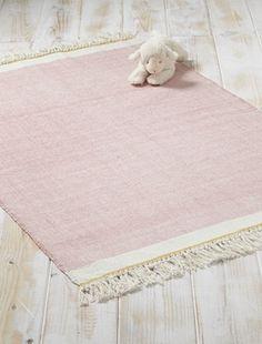 Die currygelben Borten heben elegant den Teppich aus Baumwolle hervor. Geben Sie Ihrem Intérieur auf einfache Weise einen stilvollen Ausdruck. Details Größe: 90x120cm. Blau und Weiß oder Rosa und Weiß gewoben. Fransenborte mit Knoten.Material 100% Baumwolle.;