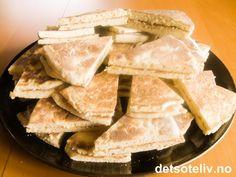 """Deilige, myke lefser for deg som ikke har takke. """"Pannelefser"""" stekes i vanlige stekepanne! Lefsene på bildet er smurt med smørkrem og kanel. Sweet Recipes, Cake Recipes, Snack Recipes, Cooking Recipes, Snacks, Norwegian Food, Norwegian Recipes, Sweets Cake, Christmas Baking"""