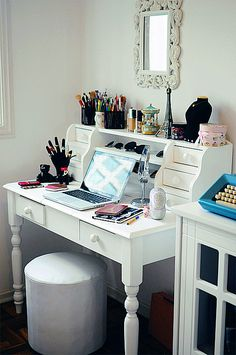 Create a pretty study space to help keep you motivated and focused! #backtoschool #office #decor