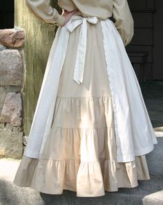 Pioneer Apron back view. I like the fullness of the skirt at the lower half.