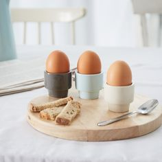 Unser minimalistisch schönes Eierbecher-Set Arreso wird von unseren Partnern in Thailand unter Fairtrade Standards gefertigt und von Hand bemalt. Heraus kommt ein stilvolles Set aus Naturstein, das sehr robust und edel ist. Perfekt, um Ihnen den Frühstückstisch zu verschönern.