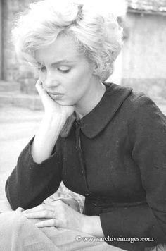 Milton Greene, Marilyn Monroe, peasant sitting