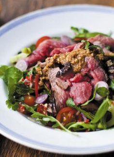Roastbeef-Salat mit asiatischem Dressing und Erdnusssauce