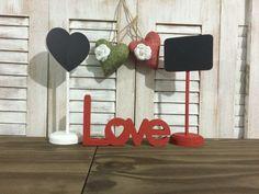 Combo: lousas de mesa + love decor <br> <br>Lousas de mesa decorativas e palavra love para qualquer ambiente. <br> <br>Confeccionados em MDF, pintura artesanal e acabamento fosco. <br> <br>Produto composto por 2 lousas de mesa, sendo uma em forma de coração e a outra retangular, e palavra Love decor. Fazemos em diversas cores, escolha as suas preferidas. <br> <br>Lindas peças para sua decoração. Decore a mesa de noivado, casamento e depois sua casa. <br> <br>Ideal para ensaios fotográficos…