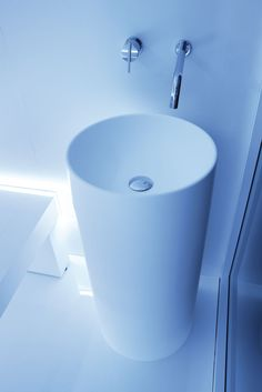 Hand wash in white Corian by Carmenta. It can be located inside the cabin as optional.