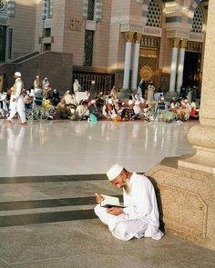 Mecca Madinah, Mecca Masjid, Alhamdulillah, Mekkah, Beautiful Mosques, Arab Men, Jumma Mubarak, Islamic Architecture, Islamic Inspirational Quotes