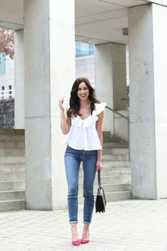 white ruffle top and the world's most flattering skinny jeans – Marie& Bazaar Dark Skinny Jeans, Dark Jeans, Spring Fashion, Autumn Fashion, Loose Pants, Ruffle Top, Ruffles, Simple Outfits, Jean Outfits