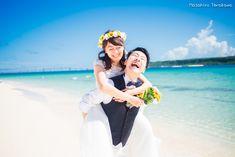 【日本の絶景でウェディングフォト】青い海で結婚式の前撮り!| 結婚式写真・前撮り ウェディングカメラマン寺川昌宏 Wedding Tablecloths, Okinawa, Wedding Photoshoot, Wedding Photography, Poses, Couples, Wedding Dresses, Amazing, Beach