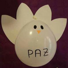Paloma de la paz hecho con un globo y las alas de cartulina.