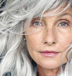 Femme 50 ans Naturally White Silver Grey Hair : (notitle) Source by momstn Going Gray Gracefully, Aging Gracefully, Silver Grey Hair, White Hair, Gray Hair, Grey Hair Model, Lilac Hair, Pastel Hair, Blue Hair