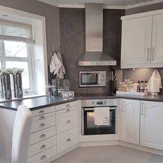 FRIDAYOg helg igjen! Vi er pakket og klar for å tilbringe helga hos min stefar sammen med søskene mine. Det blir kos! Håper alle får en flott fredag ~~~~~~~~~~~~~~~~~~~~~~~~~~~~~~~~ #interiorandhome #inspiration #interiør #interior #myhome #kitchen #design #decor #decoration #inspo #interiordesign #interiorstyling #roomdecor #homedecor #homes #homesweethome #mitthjem #kjøkken #kitcheninspo #classic #white #style #styling #interiors #interiores