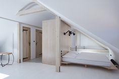 Bílý pokoj v podkroví domu.