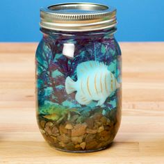 Summer Activity: DIY Kids' Mason Jar Aquariums Need a fun and educational summer activity for your kids? Look no further than these DIY kids' mason jar aquariums! Diy Glue, Glue Gun Crafts, Pot Mason Diy, Mason Jar Crafts, Crafts In A Jar, Diy Crafts With Mason Jars, Pickle Jar Crafts, Crafts With Hot Glue, Diy Aquarium
