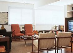 This is a very bright living room,very classy. These 40's armchairs stand up in front of the short center table.