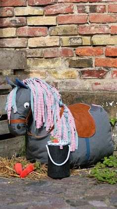 Dein Kind wünscht sich ein Pony? Dann nähe ihm doch eines. Mit dem Sitzsack in Pferdeform wird das Kinderzimmer zum Ponyhof. Nur ein paar Handgriffe sind nötig, um das Sitzpferd selbst zu nähen. Von der Schnauze bis zur Schweifrübe misst es 85 cm Länge und ist so bemessen, dass Kinder …