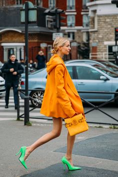 On its last lap, Fashion Week street style offers inspiration for both the statement makers and, on the other end of the spectrum, the chilled-out fashion Orange Fashion, Bold Fashion, Fashion Colours, Colorful Fashion, Autumn Fashion, Fashion Trends, Korea Fashion, Japan Fashion, Fashion Photo
